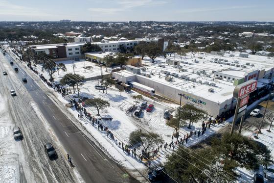 극심한 한파와 정전 기간 동안 텍사스 주민들이 식료품을 사기 위해 긴 줄을 서서 기다리고 있다. [AP=연합뉴스]