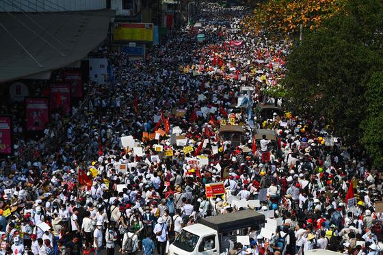 22일 미얀마 양곤 도심을 가득 메운 시위대의 모습. AFP=연합뉴스