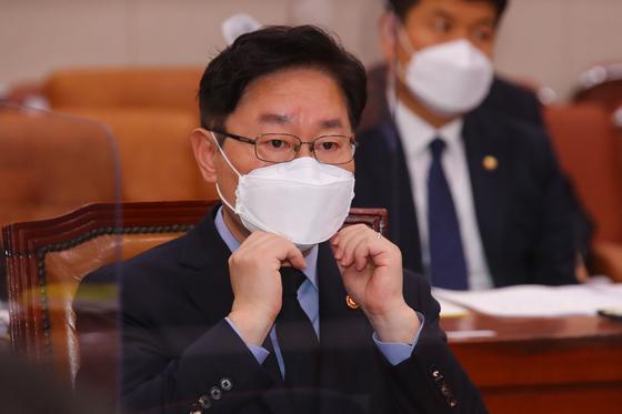 박범계 법무부 장관이 지난 22일 오전 국회에서 열린 법제사법위원회 전체회의에 참석해 마스크를 만지고 있다. 오종택 기자