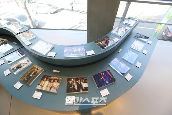 권위와 전통의 골든디스크의 35년 역사를 담은 사진전이 서울 마포구 와우산로 JTBC PLAY 2층에 마련됐다. 전시회는 23일부터 열린다. 박세완 기자 park.sewan@jtbc.co.kr / 2021.02.23/