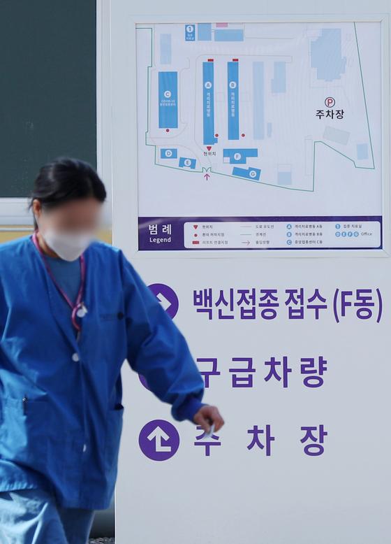 23일 서울 중구 국립중앙의료원 중앙예방접종센터에서 시설 관계자들이 분주히 움직이고 있다. 뉴스1