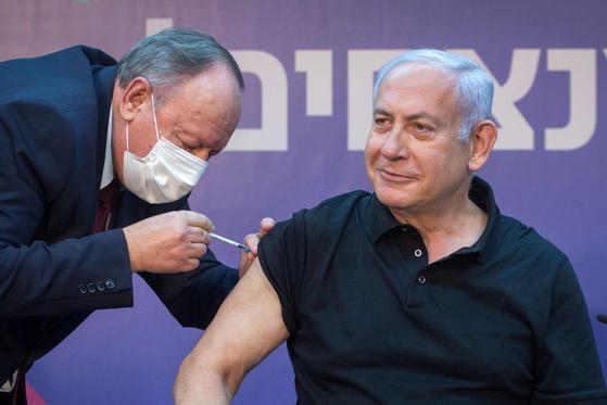 신종 코로나바이러스 감염증(코로나19) 백신 접종 맞는 베냐민 네타냐후 이스라엘 총리. [AFP]