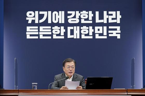 문재인 대통령이 22일 청와대에서 열린 수석·보좌관 회의에서 발언하고 있다. 연합뉴스