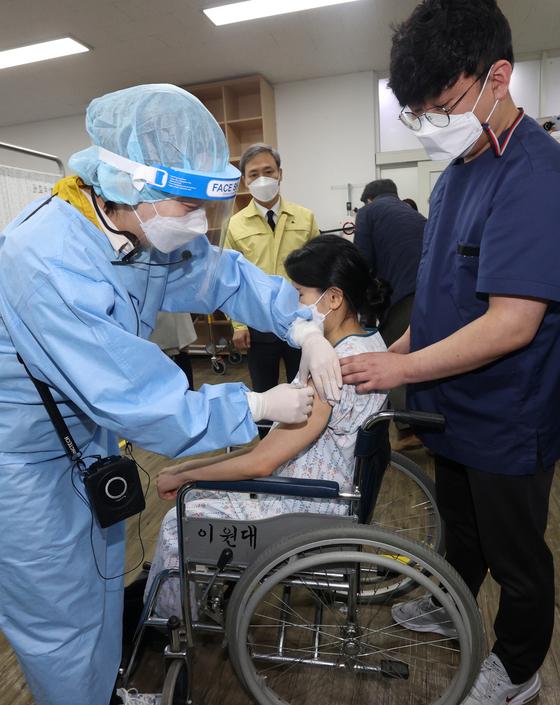 신종 코로나바이러스 감염증(코로나19) 방문 예방접종 대비 모의훈련이 열린 23일 전북 전주시 평화보건지소에서 관계자들이 예행 연습을 하고 있다. 뉴스1