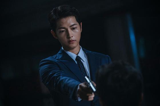 드라마 '빈센조'에서 이탈리아 마피아 변호사 출신 빈센조 역을 맡은 송중기. [사진 tvN]
