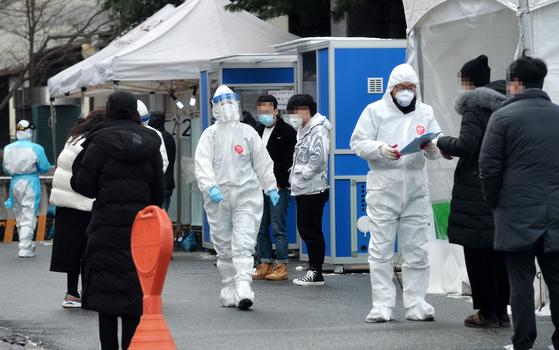 대전의 한 보건소 코로나19 선별진료소에서 의료진이 방문한 시민들을 분주히 검사하고 있다. 프리랜서 김성태