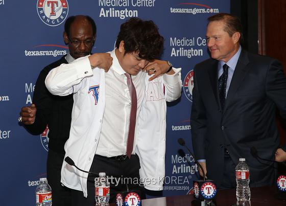 2013년 12월 텍사스와 7년 장기 계약한 뒤 입단식 모습. 오른쪽이 슈퍼 에이전트로 불리는 스캇 보라스다. 게티이미지