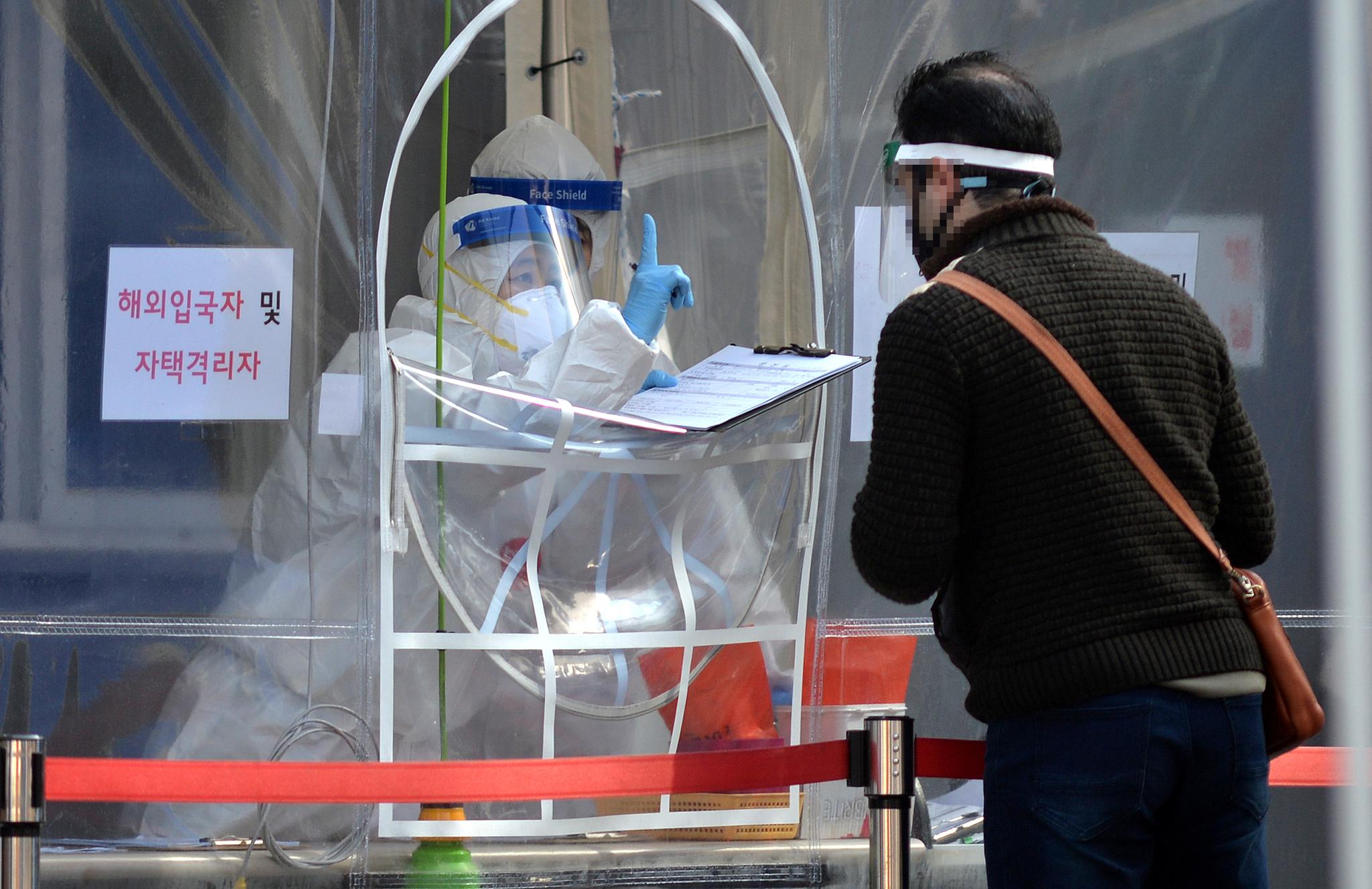 신종 코로나바이러스 감염증(코로나19)이 확산하고 있는 가운데 22일 대전의 한 보건소 코로나19 선별진료소에서 의료진들이 방문한 시민들을 분주히 검사하고 있다. 증앙포토