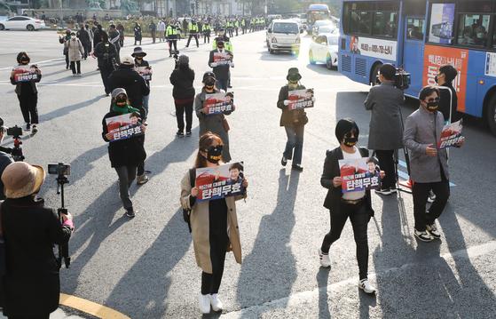 지난해 10월 26일 서울 중구 한국은행 로터리에서 우리공화당 관계자들이 박정희 전 대통령 서거 추모 행진을 하고 있다. 뉴스1