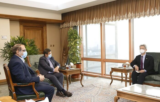 22일 이란 테헤란에 위치한 한국 대사관에서 유정현 주이란대사와 헴마티 이란 중앙은행장이 회담하는 모습. 을 하고 있다.   연합뉴스