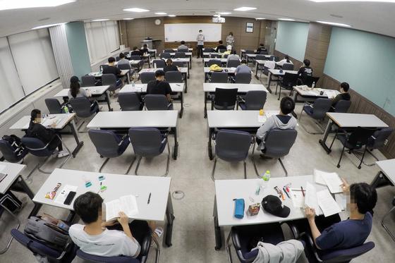 지난해 8월 서울 종로구 성균관대학교에서 국가공무원 5급 공채 및 외교관 후보자 선발 2차 시험이 치러지고 있다. 이번 시험은 코로나19 확산에 따른 강화된 안전대책 속에 서울의 2개 대학교에서 분산 실시되었다. 뉴스1