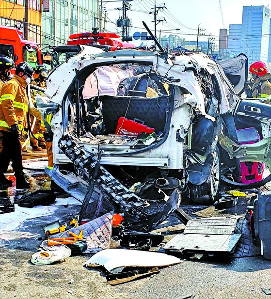 부탄가스 싣고 가던 SUV 폭발
