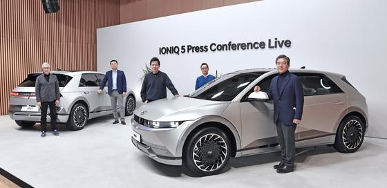장재훈 사장(오른쪽)을 비롯한 현대자동차 경영진이 신차 아이오닉5를 소개하고 있다. [사진 현대차]