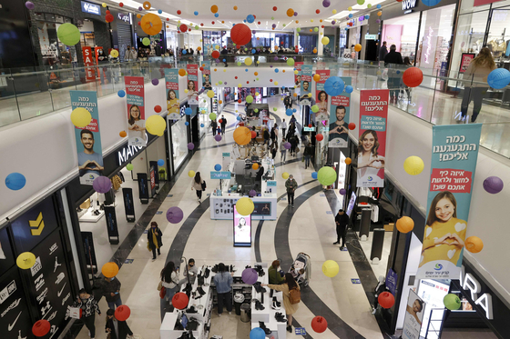 코로나19 백신 접종 뒤 일상을 찾은 이스라엘 국민들이 네타냐의 한 쇼핑몰에서 쇼핑을 하고 있다. AFP=연합뉴스