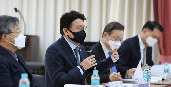 황운하 더불어민주당 의원이 23일 오전 서울 여의도 이룸센터에서 열린 수사-기소 완전 분리를 위한 중대범죄수사청 설치 입법 공청회에서 인사말을 하고 있다. 뉴스1