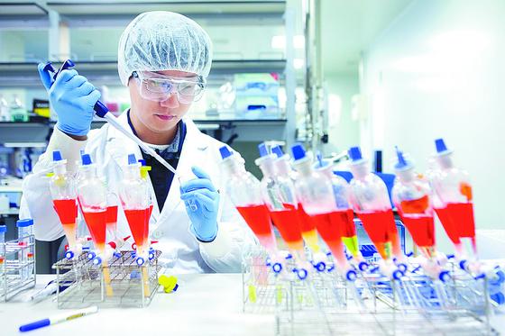 SK바이오사이언스 연구진이 경북 안동공장에서 코로나19 백신 후보 물질을 테스트하고 있다. [사진 SK바이오사이언스]