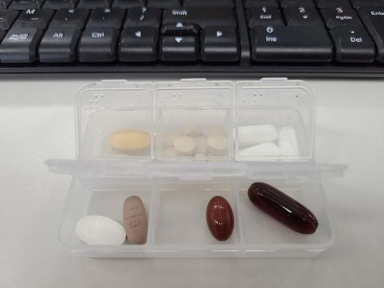 김 씨가 점심 때 먹기위해 회사에 챙겨오는 약통. 루테인·종합비타민·크릴오일·맥주효모·비타민C·콜레스테롤약·밀크씨슬이 들어있다.