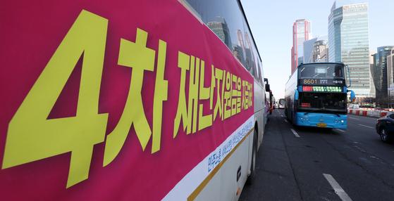 민주노총 서비스연맹 전세버스연대지부 조합원들이 18일 오후 서울 영등포구 여의도 전경련회관 앞에서 재난지원금 지급을 촉구하는 버스 행진을 하고 있다. 뉴스1
