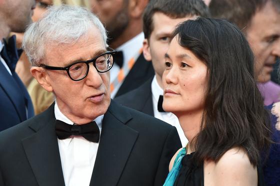 한국계 입양아인 순이(오른쪽)와 영화감독 우디 앨런. 한때 앨런의 자녀였던 순이는 1997년 앨런과 결혼했다. 사진은 2016년에 촬영된 것. AFP=연합뉴스
