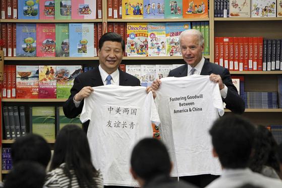 미·중 대결을 진두 지휘중인 바이든 대통령과 시진핑 주석이 각각 2인자 시절이던 2012년 만났을 때의 모습. [AP=연합뉴스]