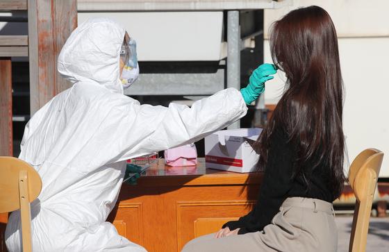 부산의 한 임시선별소에서 시민이 코로나19 검사를 받고 있다. 송봉근 기자