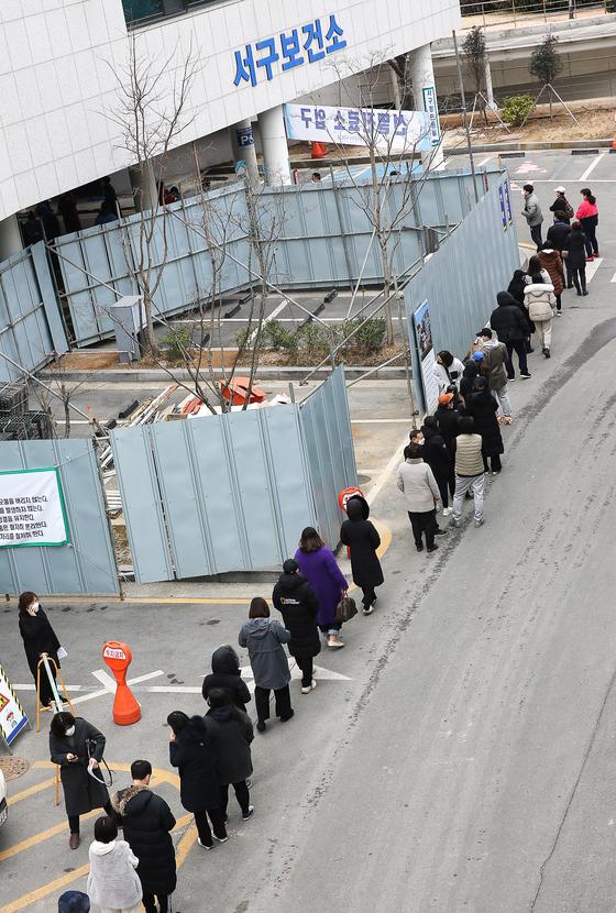 24일 광주광역시 서구 보건소에 코로나19 검사를 받으려는 시민들의 줄이 늘어서 있다. 이날 광주에서 35명의 코로나19 확진자가 나왔다. 프리랜서 장정필