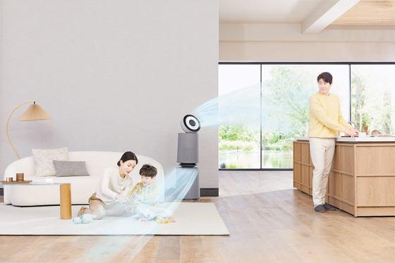 LG 퓨리케어 360˚ 공기청정기 알파 는 인공지능 센서로 원하는 공간의 공기 오염을 감지하고 두 개의 클린부스터로 여러 공간의 공기를 동시에 빠르게 청정 관리한다. 극초미세먼지뿐 아니라 바이러스, 유해균까지 99.9% 제거한다. [사진 LG전자]