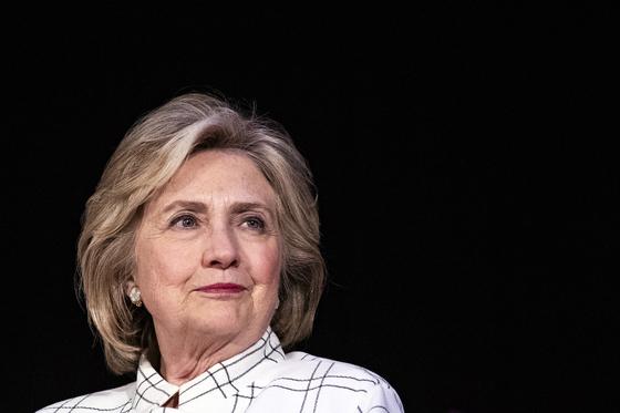 힐러리 클린턴 전 미국 국무장관이 작가 루이스 페니와 공동 집필한 정치 스릴러물 『스테이트 오브 테러(State of Terror)』를 오는 10월 발간한다고 외신들이 보도했다. EPA=연합뉴스