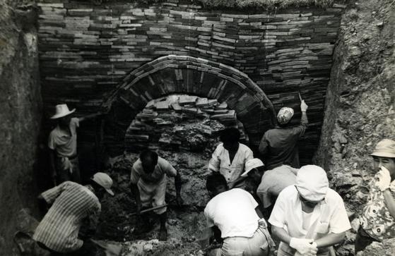 1971년 무령왕릉 발굴은 배수로 공사 도중 우연히 이뤄진 대사건이다. 사진은 발굴 초기에 무덤 입구의 흙더미를 제거하는 모습. [사진 국립문화재연구소]