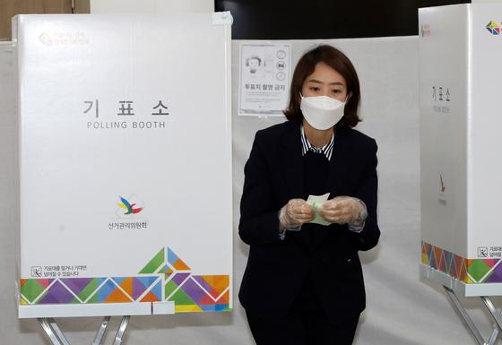 지난해 4월 15일 광진을 더불어민주당 후보자였던 고민정 의원이 서울 광진구민방위교육센터에 마련된 투표소에서 투표하고 있다. 연합뉴스