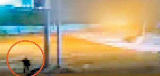 지난 16일 오전 4시12분쯤 강원도 고성 해군 합동작전지원소 CCTV에 포착된 '헤엄 귀순'한 북한 남성(왼쪽 아래 원). 여기에서만 세 차례 포착됐으나 경보는 울리지 않았다. [TV조선=연합뉴스]