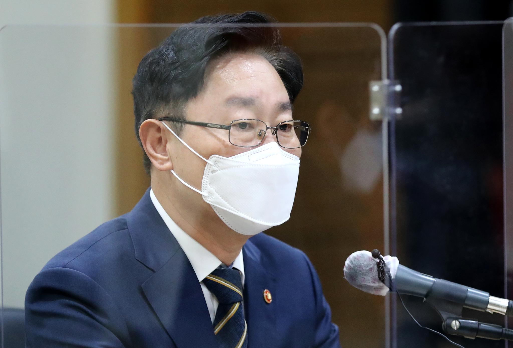 박범계 법무부 장관이 24일 오전 대전 중구 선화동 대전보호관찰소를 방문, 기자간담회에서 잠시 생각에 잠겨 있다. 뉴스1