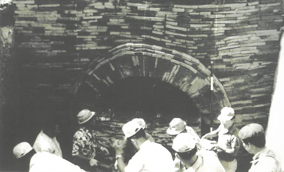 1971년 7월8일 무령왕릉 입구의 막음돌 개봉 작업 중인 모습. 오른쪽에서 두번째 흰 모자를 쓴 이가 지건길 당시 학예사보다. [사진 지건길 제공]