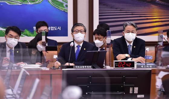 변창흠 국토교통부 장관이 22일 서울 여의도 국회에서 열린 국토교통위원회 전체회의에 출석해 의원 질의에 답변하고 있다. 뉴스1