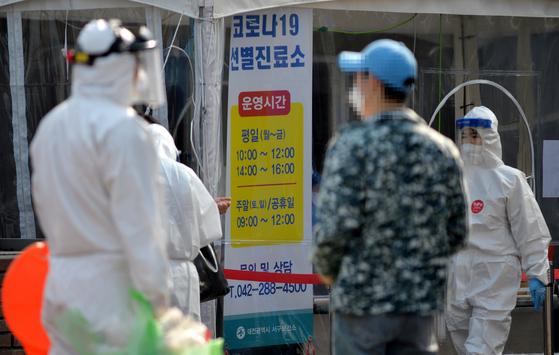 지난 22일 대전의 한 보건소 코로나19 선별진료소에서 의료진이 방문한 시민들을 분주히 검사하고 있다. 기사 내용과 관련없는 사진. [프리랜서 김성태]