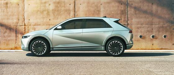 현대차가 23일 공개한 전용 전기차 브랜드 아이오닉의 첫 모델 '아이오닉 5'. [사진 현대차]