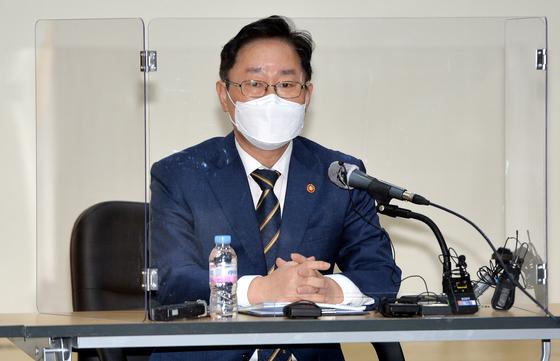 박범계 법무부 장관이 24일 오전 대전보호관찰소를 방문 기자들을 만나 간담회를 갖고 있다.김성태/2021.02.24.