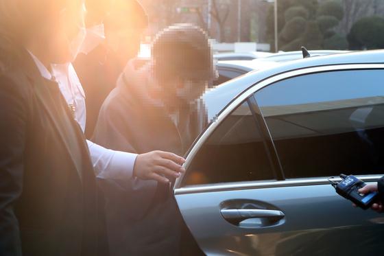 윤석열 검찰총장의 장모 최모 씨가 의정부지방법원에 재판을 받기 위해 출석하고 있다. 연합뉴스