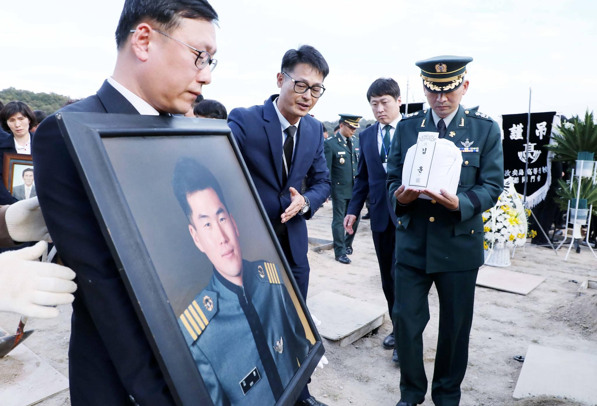 군 대표적 의문사 사건으로 지난 1998년 판문점 공동경비구역(JSA) 벙커에서 숨진 고 김훈 육군 중위(당시 25세·육사 52기)가 19년만에 순직처리돼 2017년 10월 28일 국립묘지에 안장됐다. 중앙포토