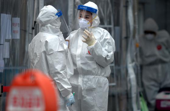 신종 코로나바이러스 감염증(코로나19) 백신 접종을 하루앞둔 25일 대전 서구보건소 코로나19 선별진료소에서 의료진들이 방문한 시민들을 분주히 검사하고 있다. 김성태