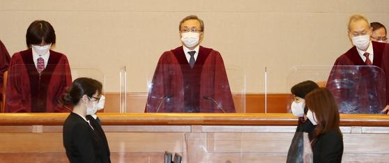 유남석 헌법재판소장을 비롯한 헌법재판관들이 25일 오후 서울 종로구 헌법재판소 대심판정으로 들어서고 있다. 뉴스1