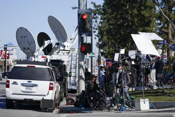 우즈가 입원한 하버-UCLA 메디컬센터 앞에 진을 친 취재진. [AP=연합뉴스]
