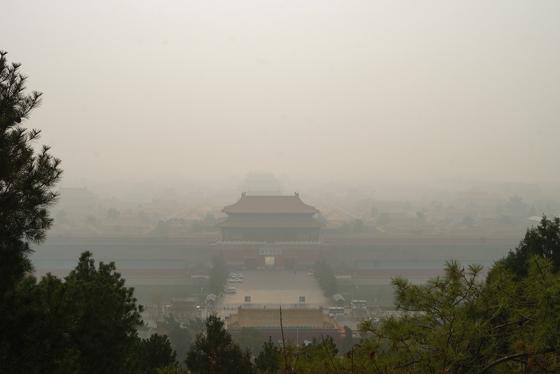 2018년 11월 26일 오전 11시 중국 베이징 징산공원에서 내려다본 자금성이 짙은 스모그에 싸여 있다. 강찬수 기자