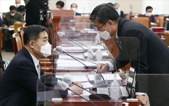 신원식 국민의힘 의원(왼쪽)이 23일 국회 국방위원회 전체회의에서 서욱 국방부 장관(오른쪽)과 대화를 나누고 있다. 오종택 기자