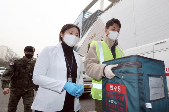 코로나19 아스트라제네카(AZ) 백신 접종을 하루 앞둔 25일 인천시 옹진군보건소에서 방역 관계자들이 백신을 이송하고 있다. 뉴스1