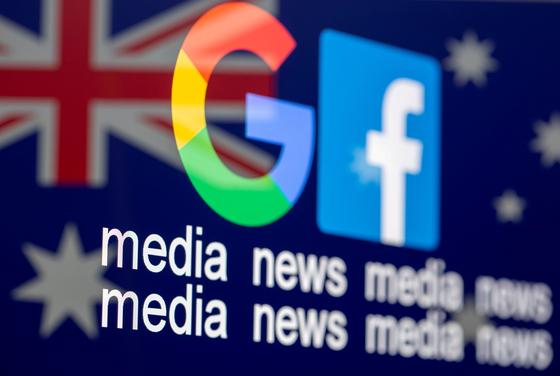 구글과 페이스북 로고의 배경에 호주 국기가 보인다. [로이터=연합뉴스]
