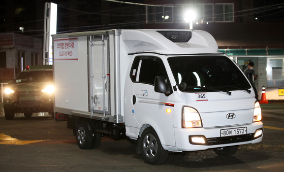 25일 새벽 전남 목포항 국제여객부두에서 배편으로 제주도로 가는 아스트라제네카 백신 운송 트럭이 부두에 들어서고 있다. 연합뉴스