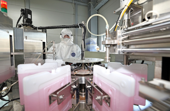 지난 23일 아스트라제네카 백신 운송 용기 공급을 맡은 에프엠에스코리아에서 한 직원이 냉매 생산공정을 살펴보고 있다. [연합뉴스]