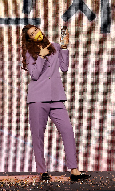 퍼플색 상하의 정장을 입고 여자프로농구 MVP를 수상한 박지수. 그는 BTS 팬클럽 아미 회원이고, 보라색은 BTS 상징색이다. [연합뉴스]