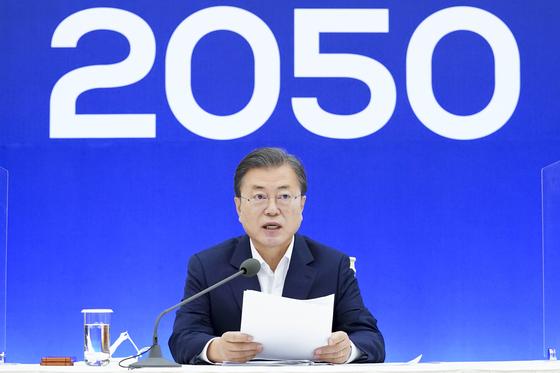 문재인 대통령이 지난해 11월 27일 청와대에서 2050 탄소중립 범부처 전략회의를 주재하며 모두발언을 하고 있다. 문 대통령은 이 자리에서 산업통상자원부에 에너지 전담 차관 신설 방침을 발표했다. 청와대사진기자단